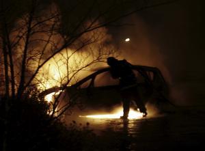 Förorten Brinner. Västerås är den stad i Sverige som drabbast av flest bilbränder per invånare och allt fler sätts i brand. År 2000 brann 3 bilar i staden, 15 år senare var det 57, fler än en i veckan. Främst sker bilbränderna i miljonprogramsområdena Råby och Bäckby.