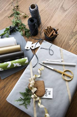 Beväpna dig med några olika omslagspapper som matchar varandra, olika sorters snöre, en bra sax och diverse pynt. En pepparkaka till paketet, och en till den som slår in det!