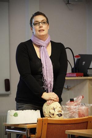 Karin Engman hade med sig en stor låda full med smink och spännande prylar till filmproduktioner, bland annat ett helt zombiehuvud i latex.