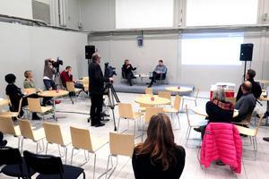 Daniel Kindberg frågades ut av samtalsledaren Linda Forss från Huså, och några ur publiken på ungefär 20 personer när journalisterna räknats bort.