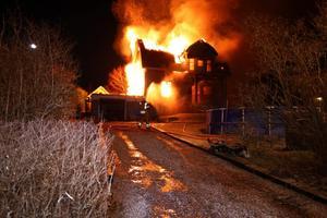 Rödykarna tvingades retirera på grund av den kraftiga brandutvecklingen.