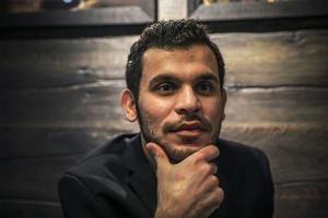 Moder Mothanna Magid lämnade sin familj i Irak redan i början av 2015. Sju månader var han i Turkiet innan han tog den farliga vägen över Egeiska havet i gummibåt till Europa. Och han tog sig så småningom till Sverige och ansökte om asyl, något som tar tid. Nu vill han lägga allt bakom sig och gå vidare med sitt liv. I Mosul pluggade han för att bli veterinär. Nu vill han studera igen men byta inriktning. – Jag vill studera till läkare.