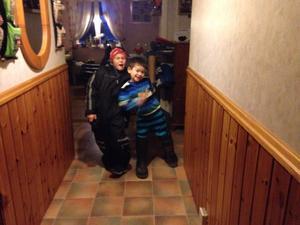 Det syskon bild de tycker att så kul och ta bild tillsammans men Lukas glad och Gunnar glad men titta på stövla han tog fel och vänd bak och fram . Ingen fel med det de är lika kär med varan ändå.
