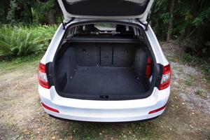 Bagageutrymmet är större än hos en Volvo V70 och har dessutom dubbla golv och flera smarta lösningar för lasten.Foto: Rolf Gildenlöw