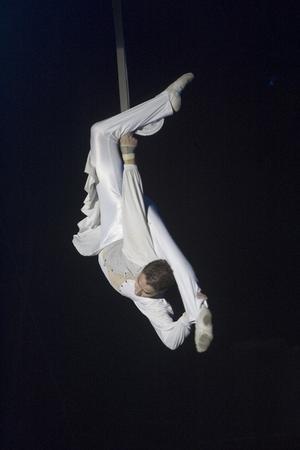 Om det finns änglar ser de ut så här. Som cirkusartisten med luftnummer som specialitet. Han svävar och snurrar i luften så det hisnar i magen.