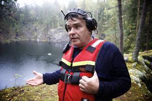 Derek Säll har mångårig vana at att bärga miljöfarligt avfall under vatten.