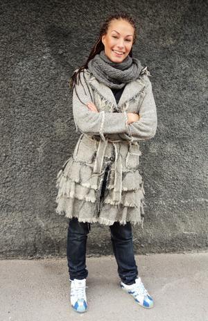Internationell stil. Erika Sjöberg har köpt kappan på Camden Market i London och flätorna gjorde hon i Afrika för en och en halv månad sen.