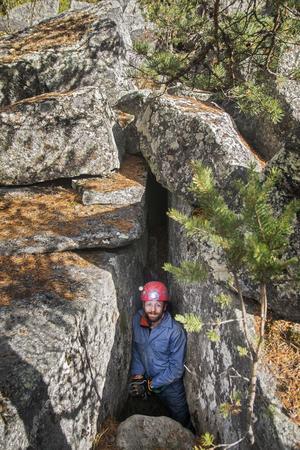 Ingången till grottan var en glipa mellan klippblocken.