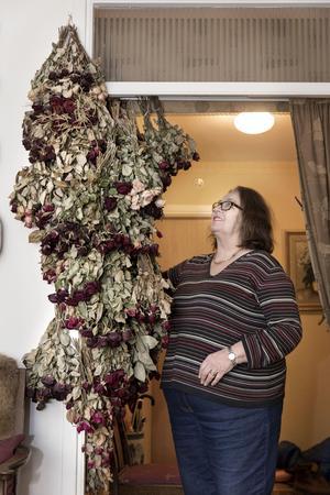 Birgitta Hedlund har ett stort intresse för växter och blommor. Röda rosor ska det vara.