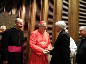I den långa raden av gratulanter efter konsistoriet i Rom fanns Svenska kyrkans ärkebiskop Antje Jackelén. Närmast till höger om kardinalen står monsignore Jorge de Salas, domare och biskopsvikarie för kyrkorättsliga frågor i Stockholms katolska stift.