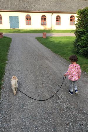 Ester och Emilia på promenad