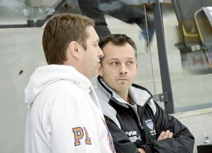 Förutom att han tränat såväl Edsbyns a-lag som P20-lag så har Peter Törnberg även hunnit med att träna a-laget i Bollnäs. Här tillsammans med Peter Larsson.
