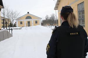 Polisen har spärrat av området vid Mittuniversitetet i Östersund.