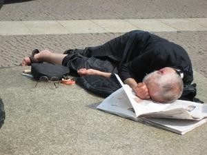 Den här mannen upptäckte vi när vi tittade på en fantastisk skulptur i Berlin. Han låg och sov efter att ätit halva sin lunchsmörgås och hade ordentligt tagit av sig glasögonen och plockat ut lösgommarna. Den halvlästa tidningen fungerade som huvudkudde.