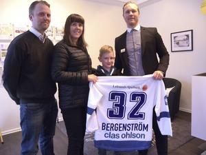 Tack vare Svensk Fastighetsförmedling i Leksand och Claes Thirus (LIF) fick Ammi Karlsson från Mockfjärd en egen hockeytröja av favoriten Jens Bergenström.
