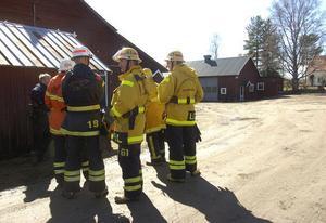 Räddningstjänstens personal avvaktade i skydd utvecklingen inne i verkstaden.