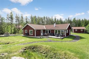 Villan i Skärså har öppen planlösning och havsläge med egen brygga och båtplats.