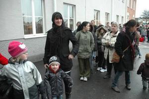 LOKALBYTE. Malin Pettersson, Karlholmsbruk, ville vaccinera sig och sonen Viktor, 3 år, nu när mottagningen flyttats till rymliga Möbeln. Längst fram också 5-åriga Rebecka Lindström.