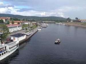 Brandkåren har båtar i vattnet och söker vid kajen i Leksand.