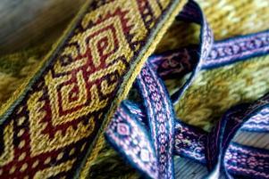 VÄVDA. Med brickvävning gjorde man mönstrade, och slitstarka, band redan under vikingatiden.