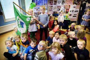 Noa Ardanius Åkerlund och Walle Selander fick hålla upp den gröna flaggan när Sandvalla förskola firade miljöcertifieringen.