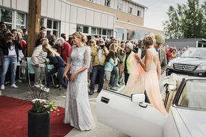 Kamerorna smattrade ordentligt när studenterna en efter en ankom till balen.