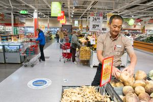 Måns Hemmingsson, butikschef på Ica Maxi Stormarknad, är nöjd att butiken omsättningsmässigt är femte största i Sverige.