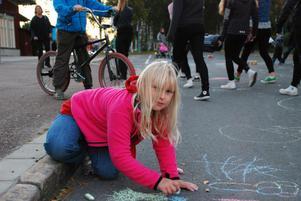 Matilda Nygårds-Gustavsson passade på att måla graffiti på Kyrkallén. Hon målade en blombukett, en glass och glassbaren på andra sidan gatan samt ett par flaggor.