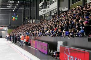 Välfyllda läktare i Sparbanken Lidköping Arena.