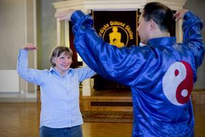 Heide Gustafsson och Qigongmästaren Pu Guang Liu praktiserar övningarna som gjorde att Heides allergibesvär försvann.