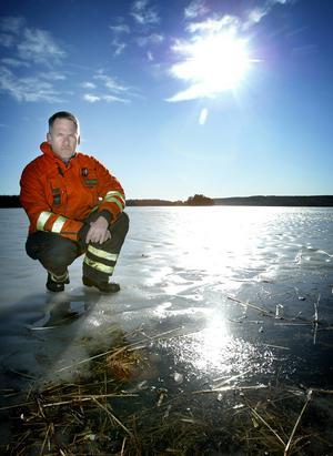 Lömsk is. Lars Boström, brandförman, manar till försiktighet med vårens isar, speciellt denna vår är de mycket lömska och svårlästa. Foto: Peter Ohlsson.