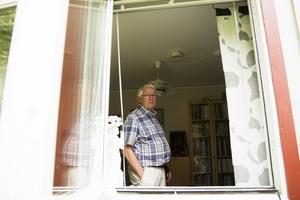 Det var vid sjutiden på tisdagsmorgonen som Jan-Eric Håkansson fick en otrevlig överraskning. En inbrottstjuv hade tagit sig in i hans vardagsrum. Jan-Eric försökte hålla kvar tjuven, men tappade greppet. Polisen lyckades efter en snabb insats gripa den misstänkte tjuven.