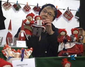 DOCKOR. Margareta Nylander, Storvik, sålde hemgjorda dockor som hon och dottern Ingmari Eliasson gjort.