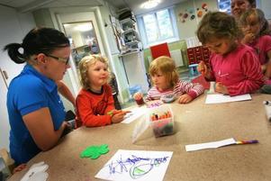 Förskollärare Lotta Joelsson gillar sommaren på förskolan. Då kan man hitta på sådant som inte går att göra annars. Agnes Fahlström, Tuva Andersson och Samantha Mimini gillar att rita och att pärla.