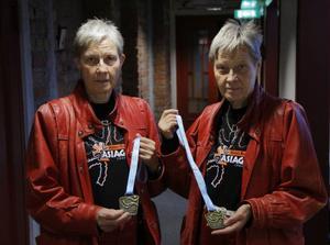 Gun och Gerd Eriksson visar upp bronsmedaljen från veteran-VM i Brasilien.
