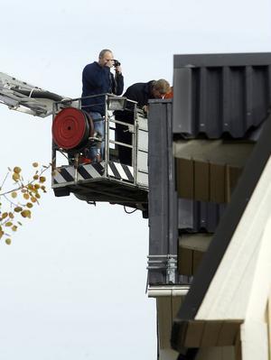 Polisens tekniker använde en kranbil från Söderhamns räddningstjänst för att fotografera taket på huset. Men det verkar inte finnas några spår där.