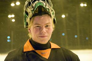 Gustav Östlund, bandymålvakt i Liljans SK, gjorde mål borta mot Sandviken i söndags.