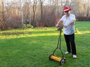 Min man juldagen 2011,foppatofflor kortärmad skjorta och i färd med att klippa gräset,, dubbar behövdes ej på gräsklipparen, den julen minns man länge.