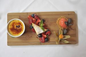 Dessert med creme brulée, vilda bär och hemgjord hallonglass på Le Reginas brasserie.