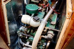 Motorn är en gammal slitvarg på fyrtio hästkrafter från Perkins, för övrigt samma motor som sitter i gamla Massey Ferguson jordbrukstraktorer.
