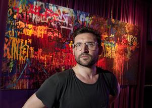 """Pionjär. Dwane framför sitt och Snows verk """"Ökänt landskap 1984-2011"""". Dwane har varit verksam inom graffitikonsten sedan han var 11 år."""