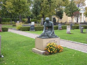 Så här ser den stulna statyn av Ida Matton ut. Fotot togs när Länsmuseet inventerade kyrkogården 2006.