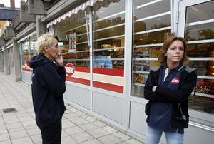 Agneta Åström och Carola Öhrn väntade i morse på att polisens tekniker skulle komma och leta spår på deras arbetsplats, närbutiken Time på Brynäs som rånades i går kväll.