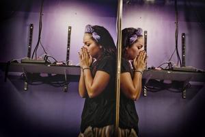 Paus. Eve Redstorm Perez är ledare för dansverksamheten. Ibland blir det svettigt i lokalen och alla tar en paus.