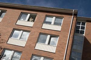 Förrådet på Dalgatan och Grönborgsgatan är ett populärt studentboende, nära Mittuniversitetet. På bild syns studenten Dino Vulic.