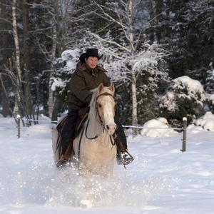 Maja motionerar sin häst Cindyrella i den djupa snön.
