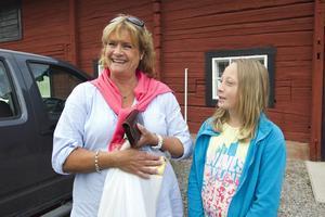 Glada laxar. Lena Skure och barnbarnet Fanny Schartau har laddat upp med olika laxar i gårdbutiken till ett senare kalas med många gäster.