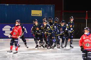 Regerande cupmästarna Falu BS tog tre av fyra poäng under den första dagen i Leksand Sparbank Cup.
