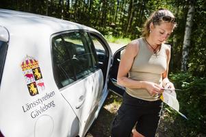"""LADDA NER. Länsstyrelsen Gävleborg har placerat ut skatter i nio naturreservat som vem som helst kan leta efter. """"Man behöver först registrera sig på internet, och ladda ner koordinaterna till skatten på sin GPS. Sedan är det bara att leta"""", säger Karin Brolin, naturinformatör på länsstyrelsen."""