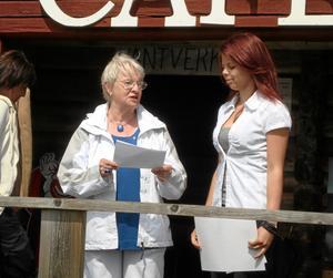 Prisad. Lonneke van Dam tar emot priset från Lions i Kopparberg nya president, Ulla Grandin.BILD: PRIVAT